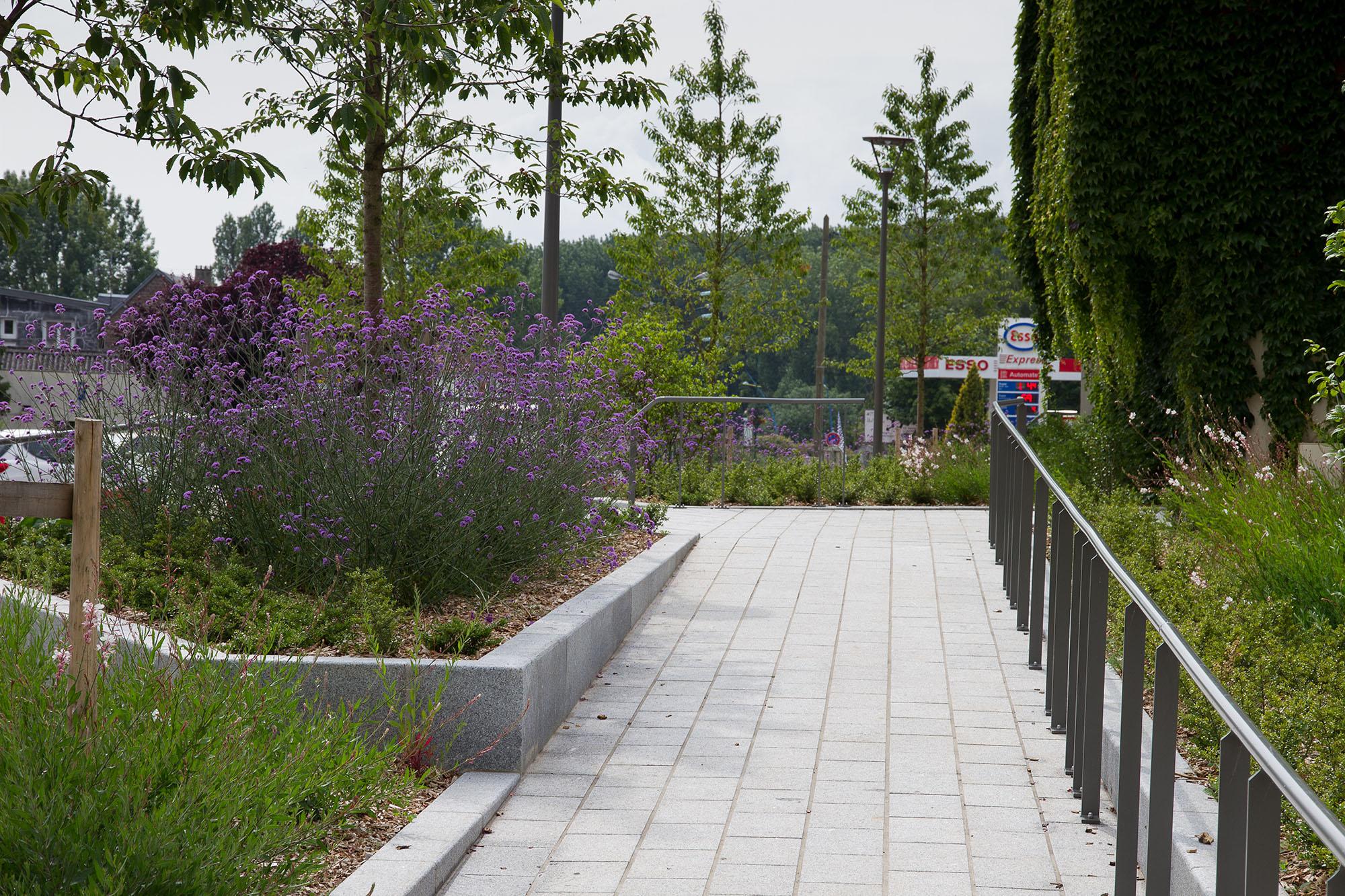 Vue sur la liaison entre la place urbaine et la place jardin