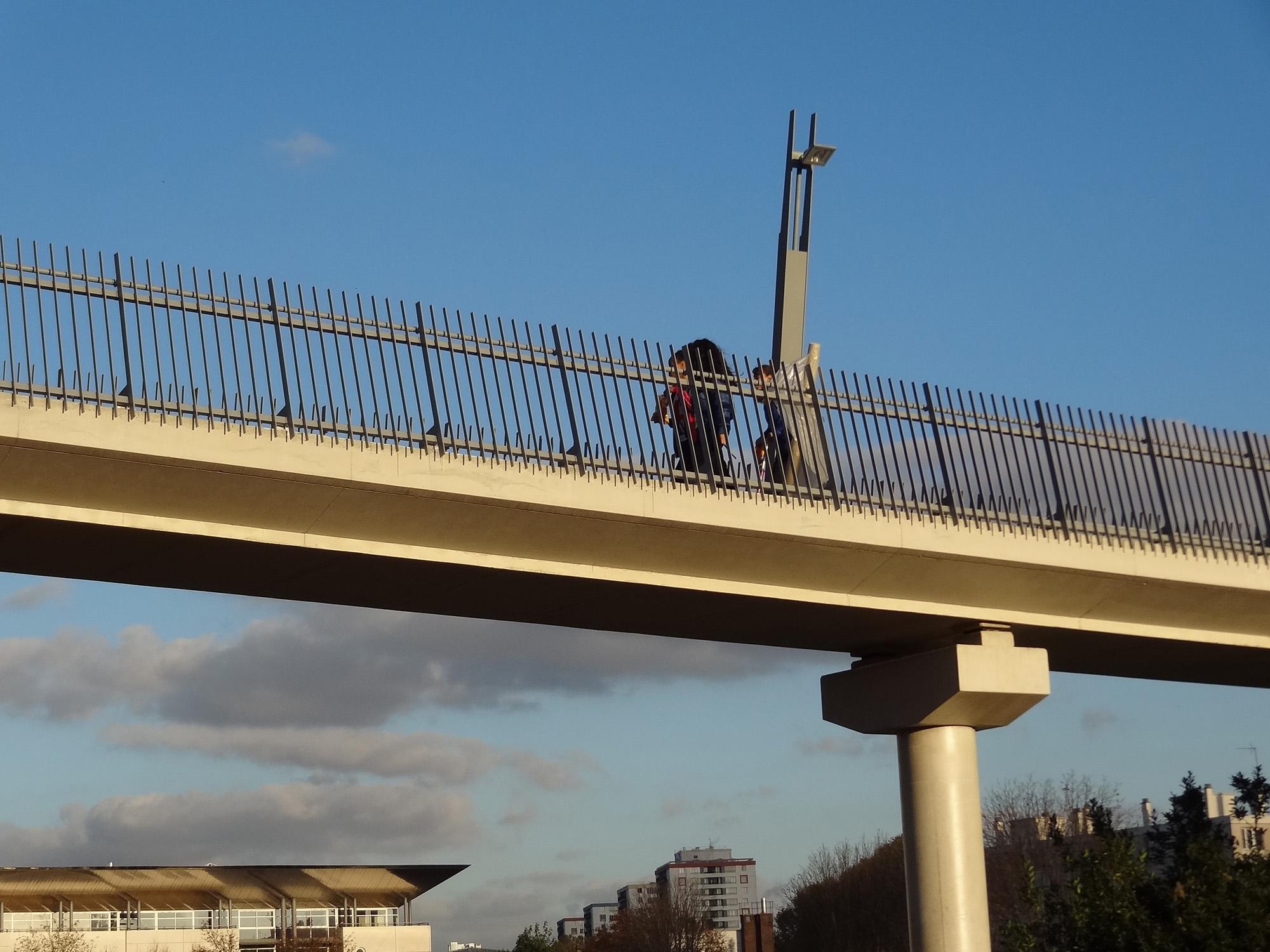 La passerelle reliant le parc Lagravère
