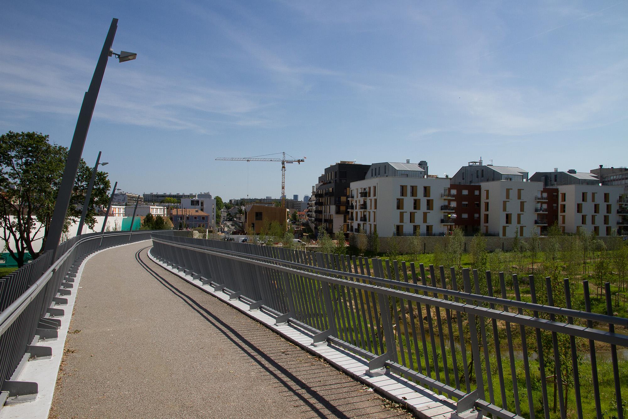 la passerelle reliant le parc Lagravère et vue sur la réserve et l'amorce du parc en cours de réalisation