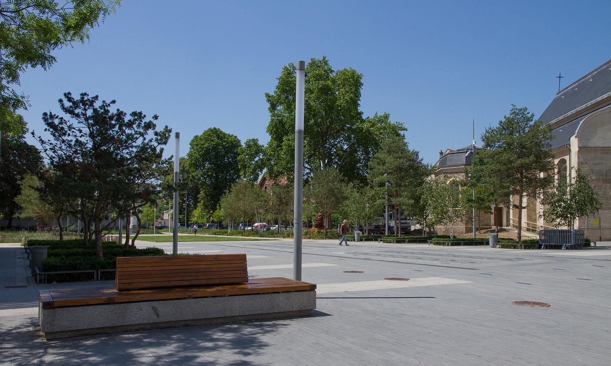 La Place René Clair avec en fond l'Eglise