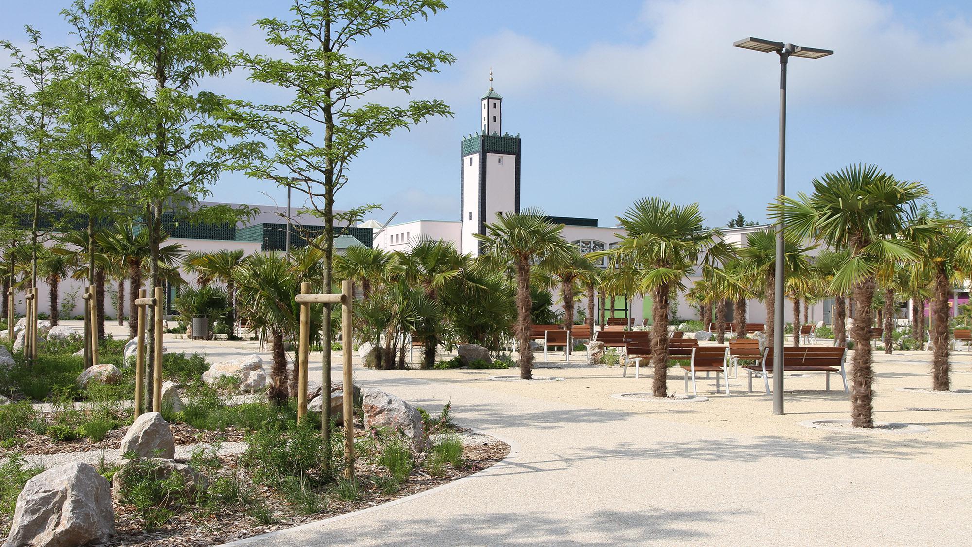 La place Franco-mauresque et la vue sur le minaret de la mosquée de Mantes-la-Jolie